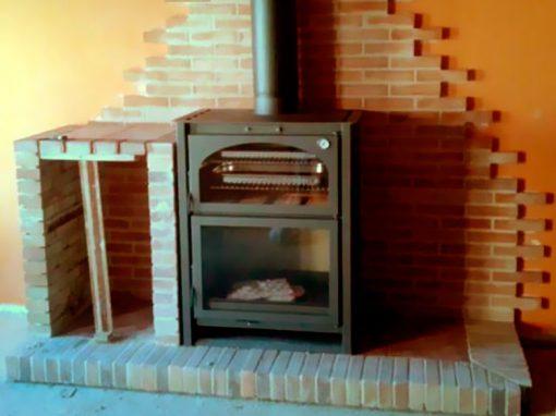 Instalación horno-estufa metálico para cocinar a la leña